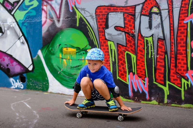 Молодой мальчик принимая остатки на парк конька стоковое изображение rf