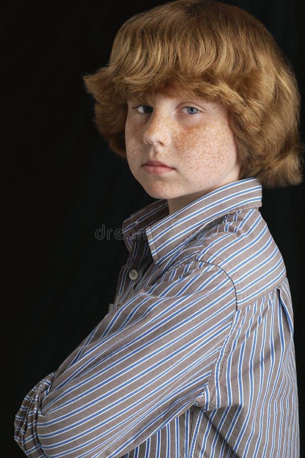 Молодой мальчик при пересеченные оружия стоковое изображение rf