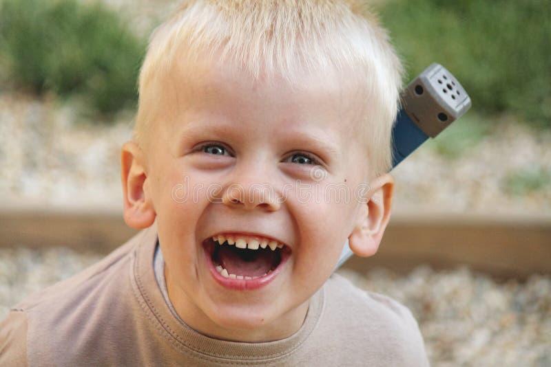 Молодой мальчик смеется над стоковая фотография rf