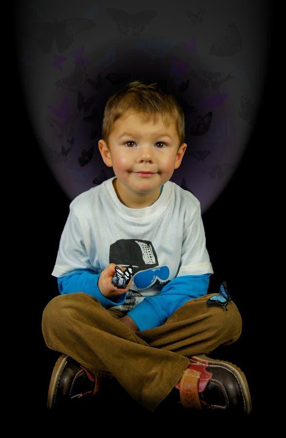 Молодой мальчик с бабочками стоковые фотографии rf