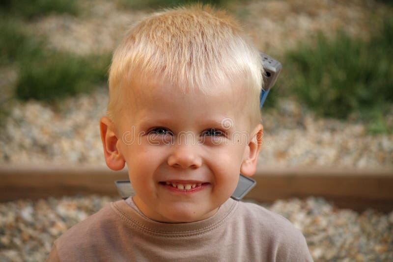 Молодой мальчик усмехается стоковые фотографии rf