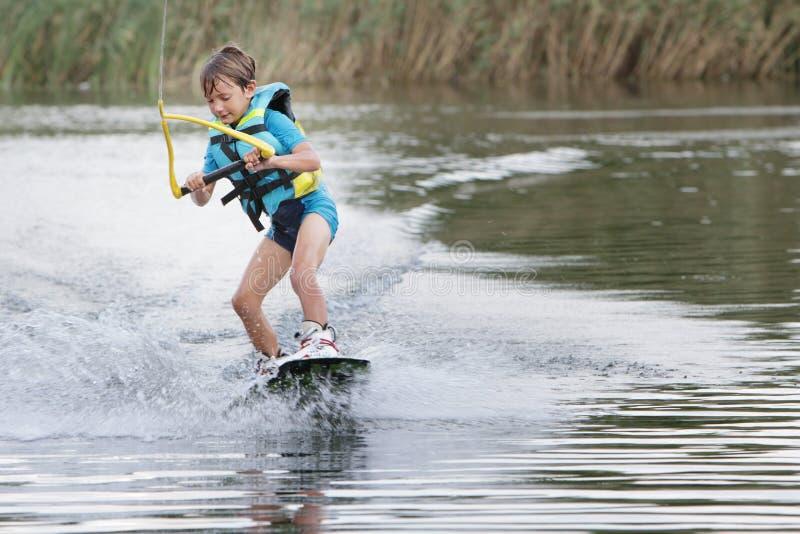 Молодой мальчик wakeboarding стоковая фотография rf