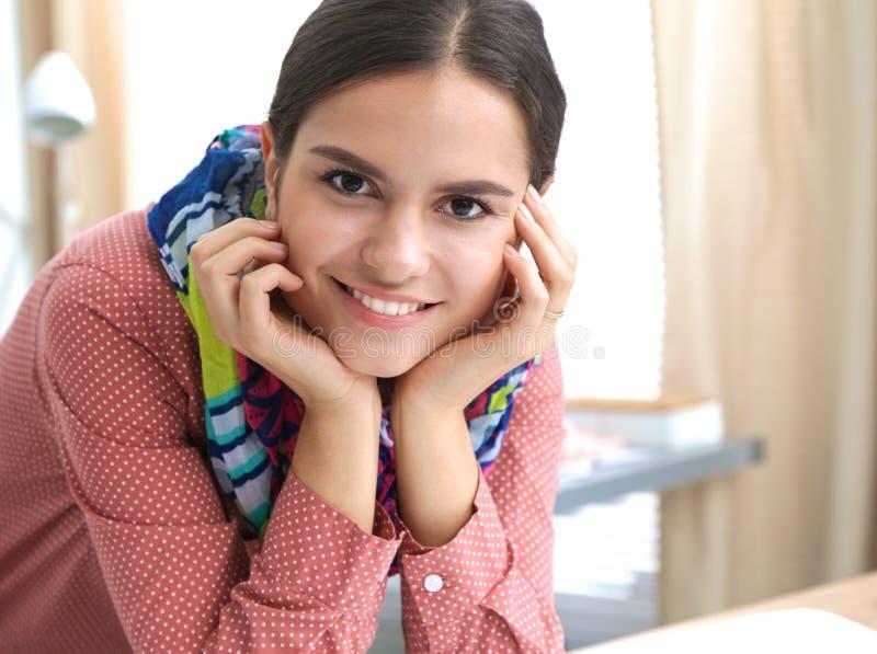 Молодой модельер работая на студии стоковое фото rf