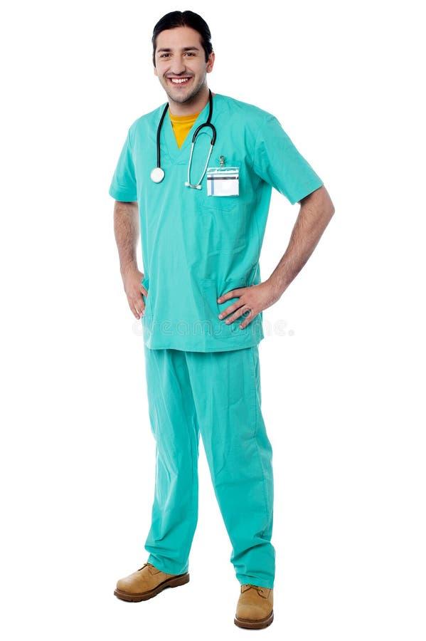 Молодой мужской врач представляя вскользь стоковая фотография