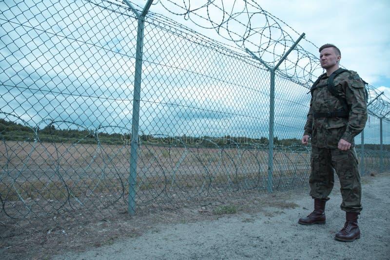 Молодой мужской солдат стоковое изображение