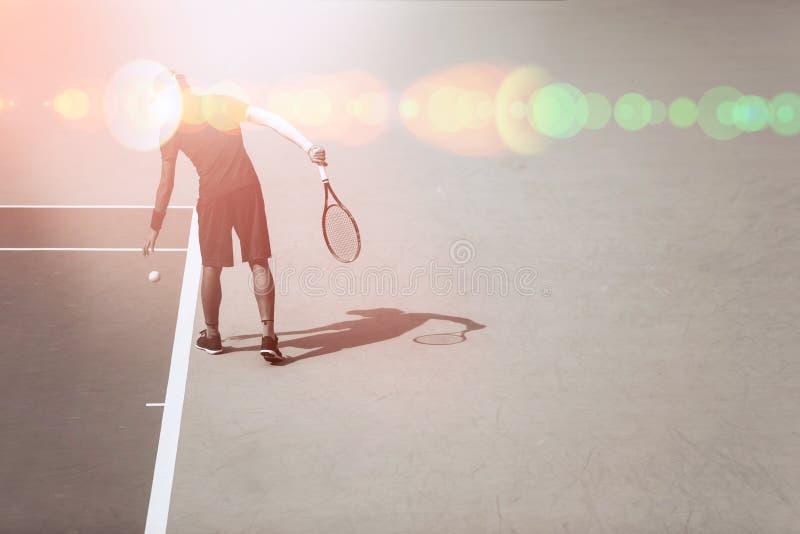 Молодой мужской теннисист на теннисном корте стоковое изображение rf