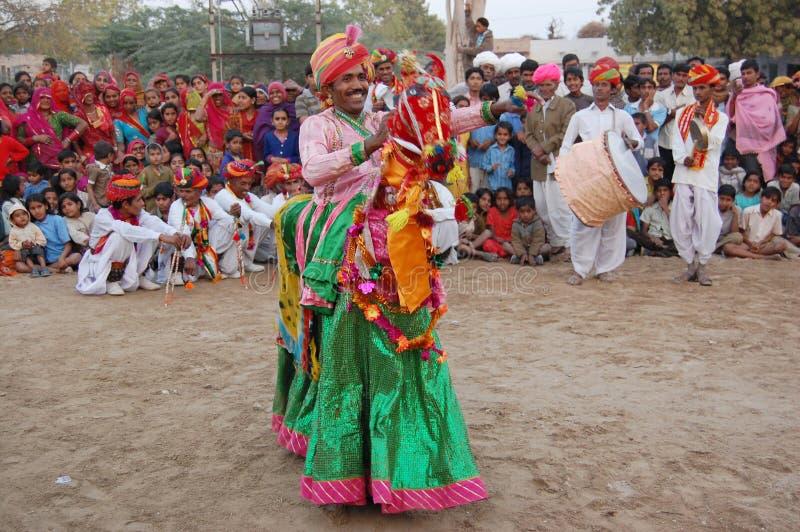 Молодой мужчина выполняет традиционный танец стоковое фото