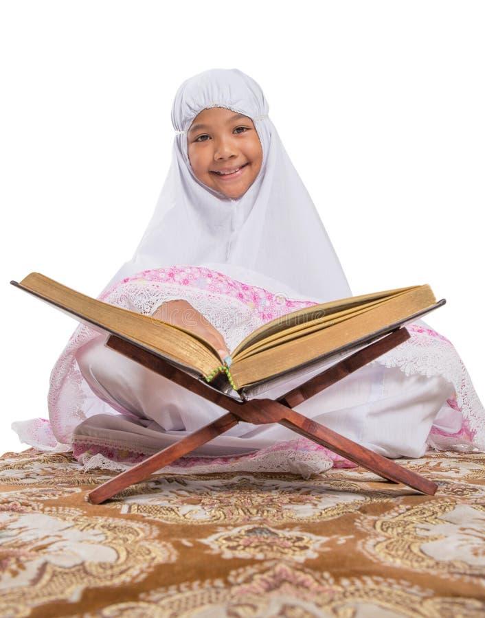 Молодой мусульманский Коран II Al чтения девушки стоковые изображения