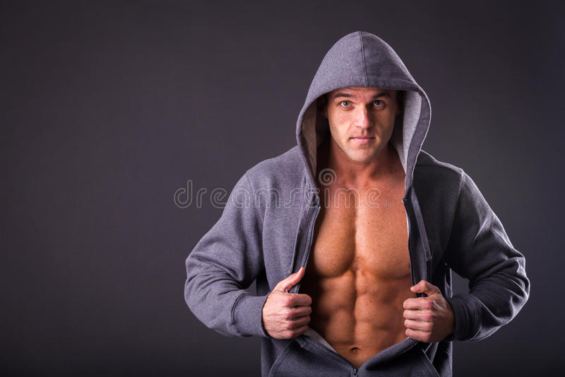Молодой мышечный человек в темных стеклах стоковые изображения