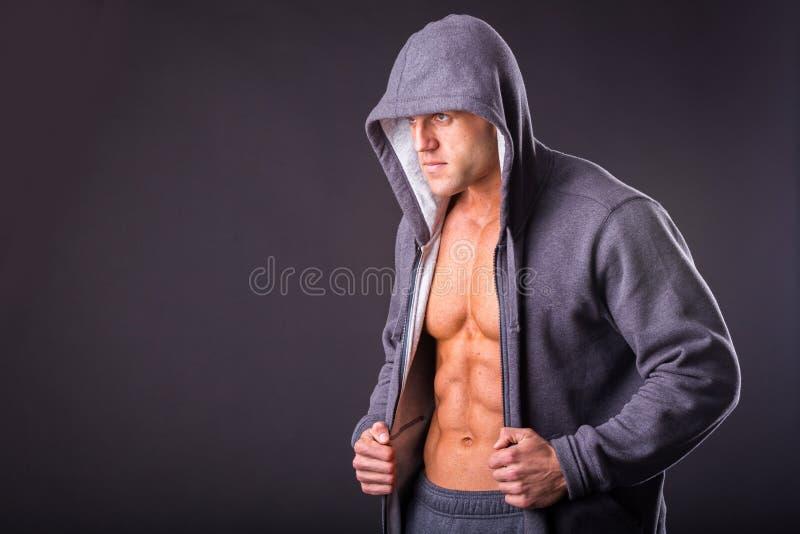 Молодой мышечный человек в темных стеклах стоковое фото rf
