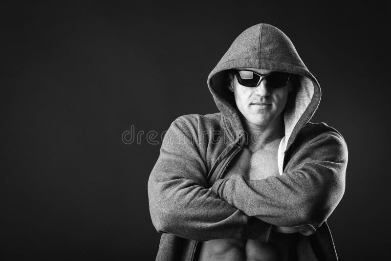 Молодой мышечный человек в темных стеклах стоковые фотографии rf