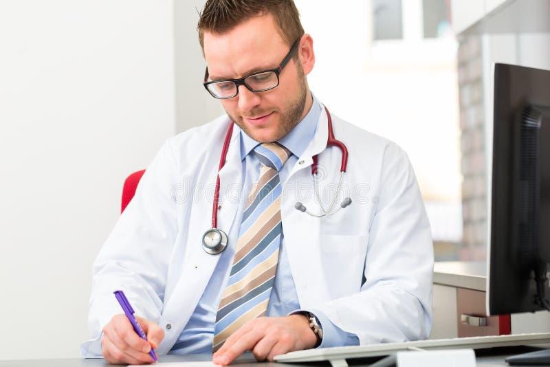 Download Молодой доктор писать медицинский рецепт Стоковое Изображение - изображение насчитывающей профессия, офис: 40586133
