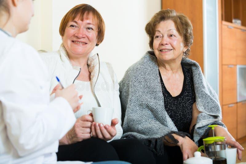 Download Молодой доктор советуя с старшими Petients в отечественном интерьере Стоковое Фото - изображение насчитывающей персона, пожалуйтесь: 81800368