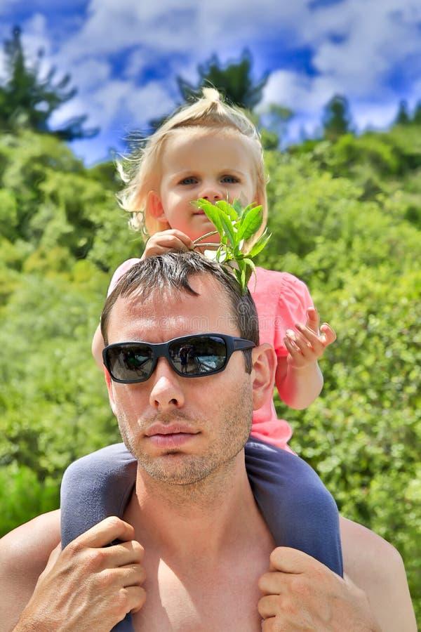Молодой отец в солнечных очках с милой дочерью в Taupo, NZ стоковое изображение