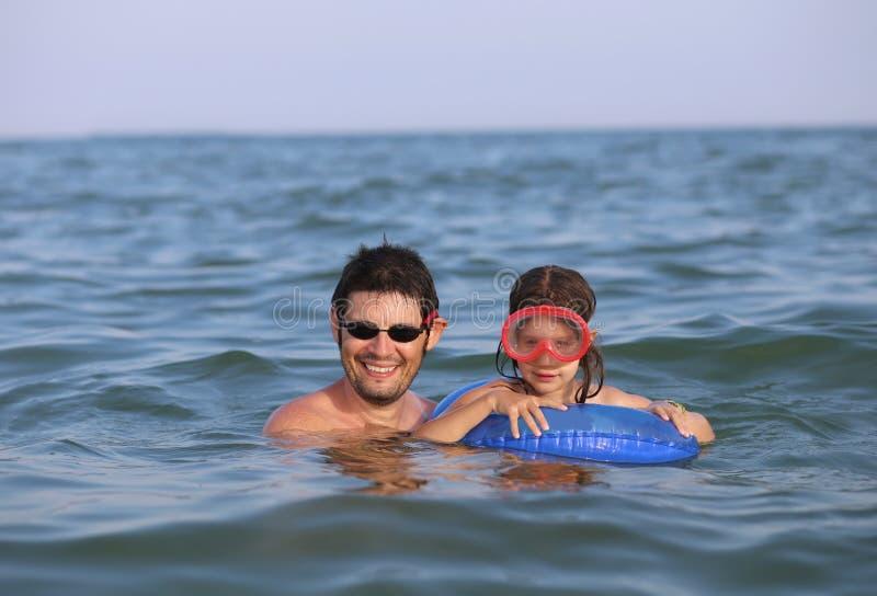Молодой папа с его дочерью с маской в лете стоковые изображения