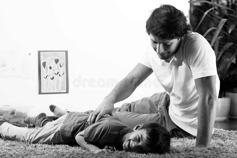 Молодой папа с сыном стоковая фотография