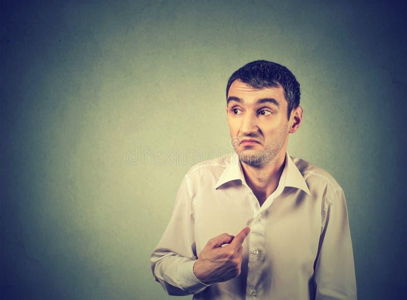 Молодой парень указывая на себя вы значите меня стоковые фото