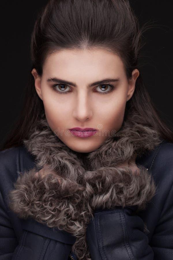 Молодой портрет студии женщины брюнет в мехе стоковое фото