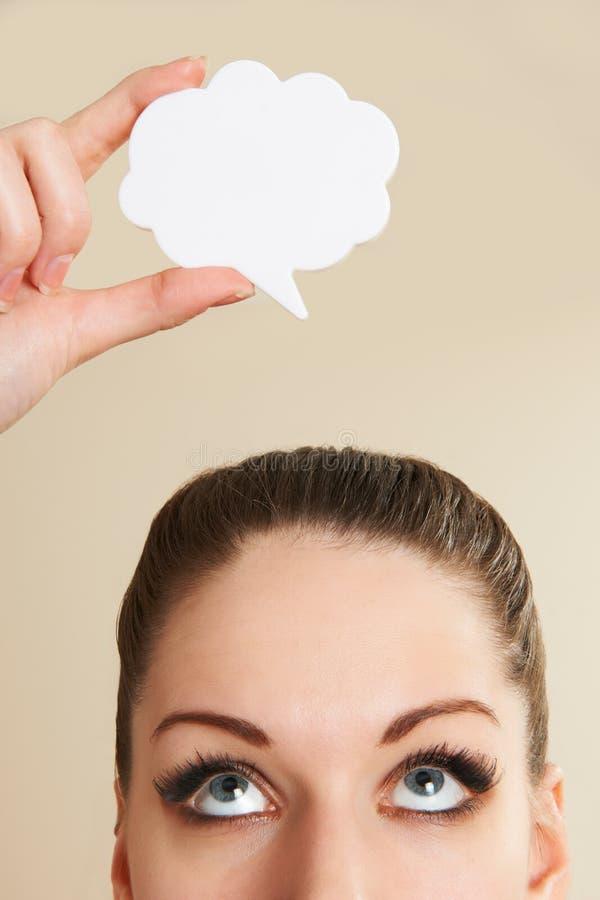Молодой положительный пузырь речи женщины над головой стоковая фотография