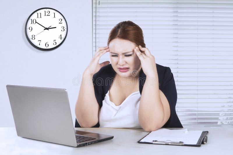 Молодой предприниматель чувствует головную боль стоковое изображение