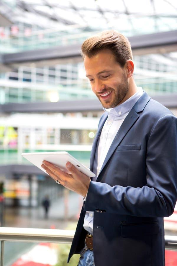 Молодой привлекательный бизнесмен используя таблетку стоковые изображения rf