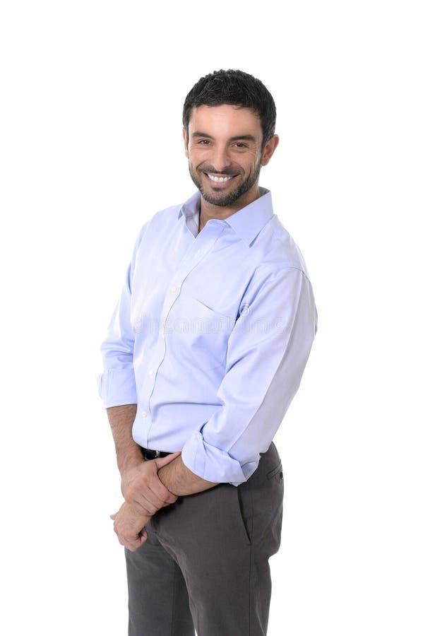Молодой привлекательный бизнесмен стоя в корпоративном портрете изолированном на белой предпосылке стоковое изображение rf