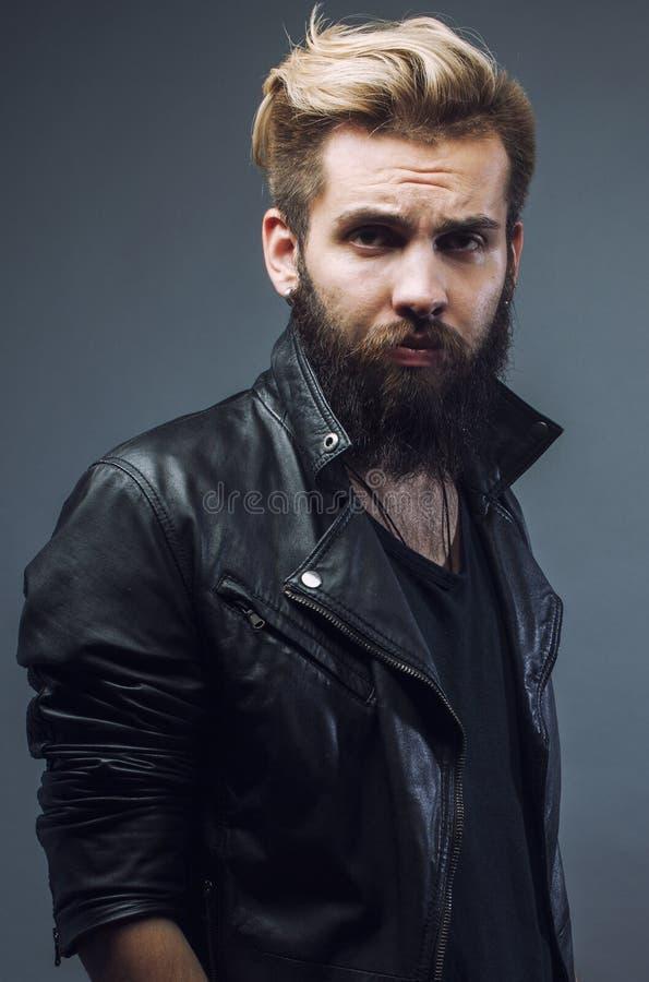 Молодой привлекательный бородатый показывать человека битника стоковая фотография rf