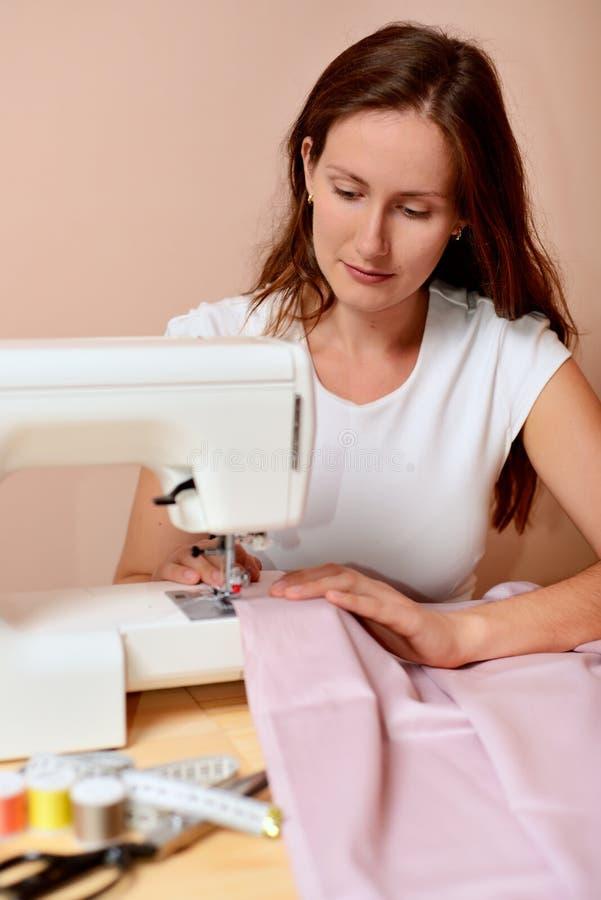 Молодой привлекательный шить женщины стоковое изображение rf