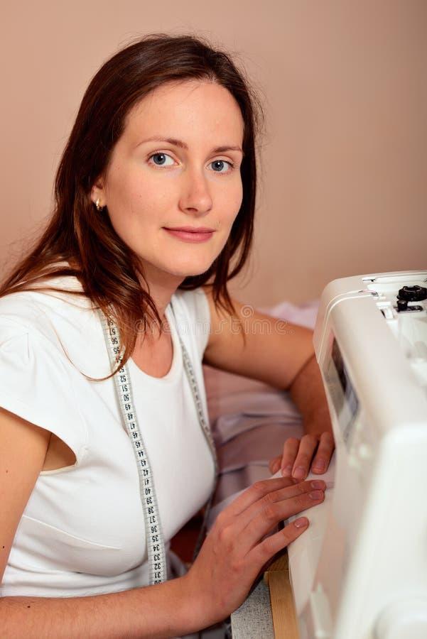 Молодой привлекательный шить женщины стоковые изображения rf