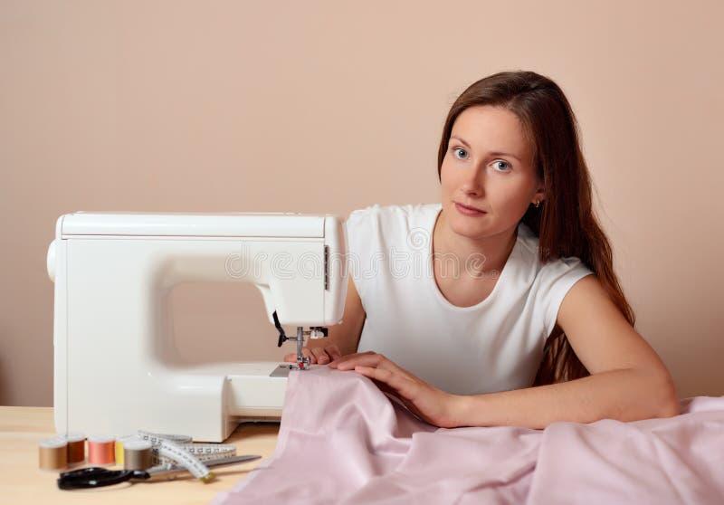 Молодой привлекательный шить женщины стоковая фотография
