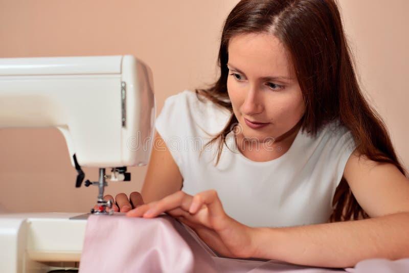 Молодой привлекательный шить женщины стоковые фото