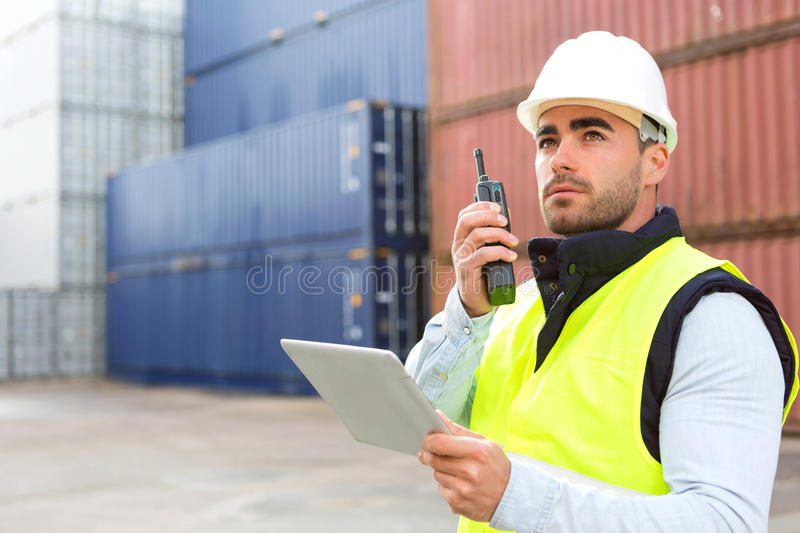 Молодой привлекательный docker используя таблетку на работе стоковые изображения rf