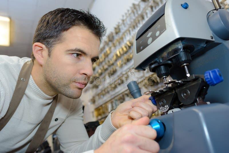 Молодой профессионал с ключами разных видов в locksmith стоковое фото rf