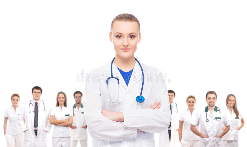 Молодой, профессиональный и жизнерадостный женский доктор изолированный на белизне стоковая фотография rf