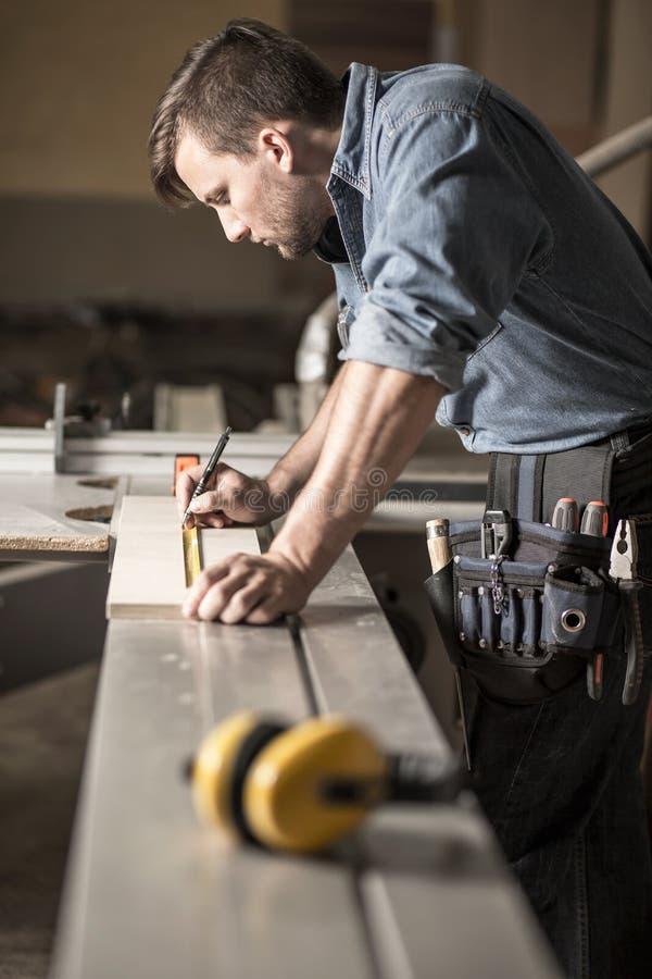 Молодой плотник на работе стоковое фото