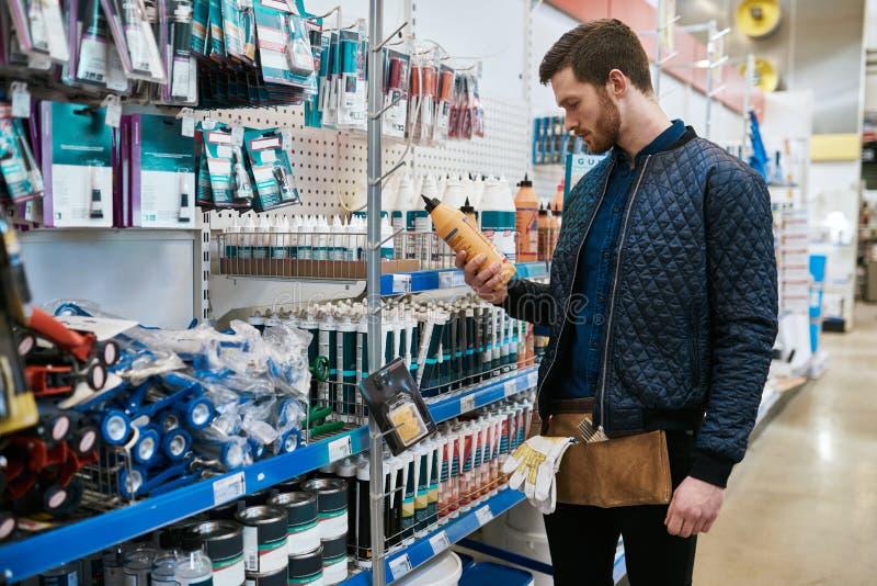 Молодой разнорабочий или домовладелец DIY в магазине стоковая фотография rf