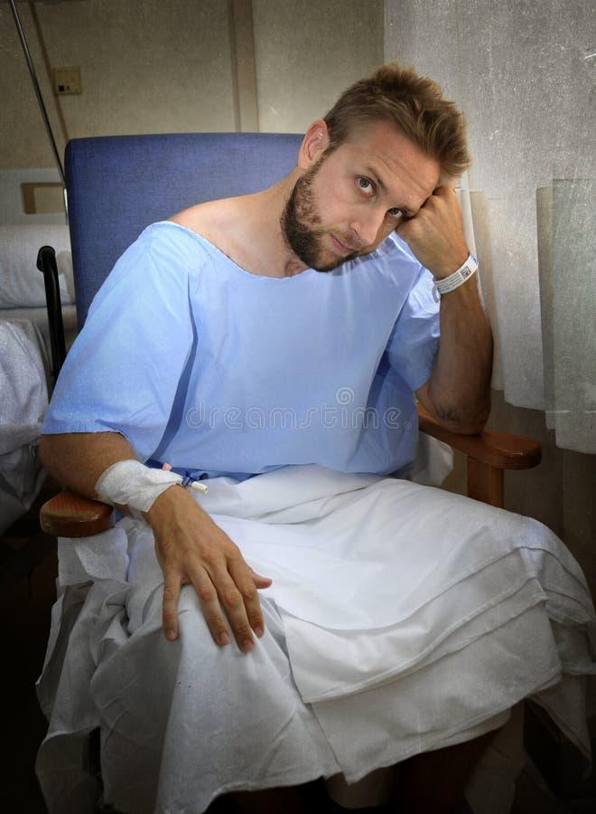 Молодой раненый человек в палате сидя самостоятельно в боли потревожился для его состояния здоровья стоковые изображения