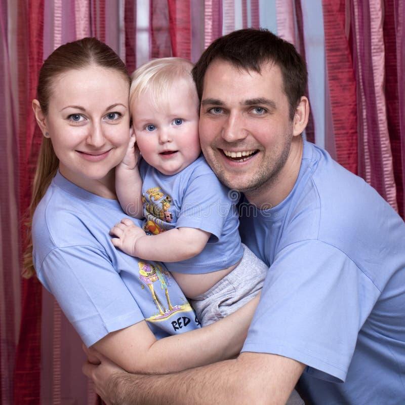 Молодой родитель пар с ребёнком стоковые изображения