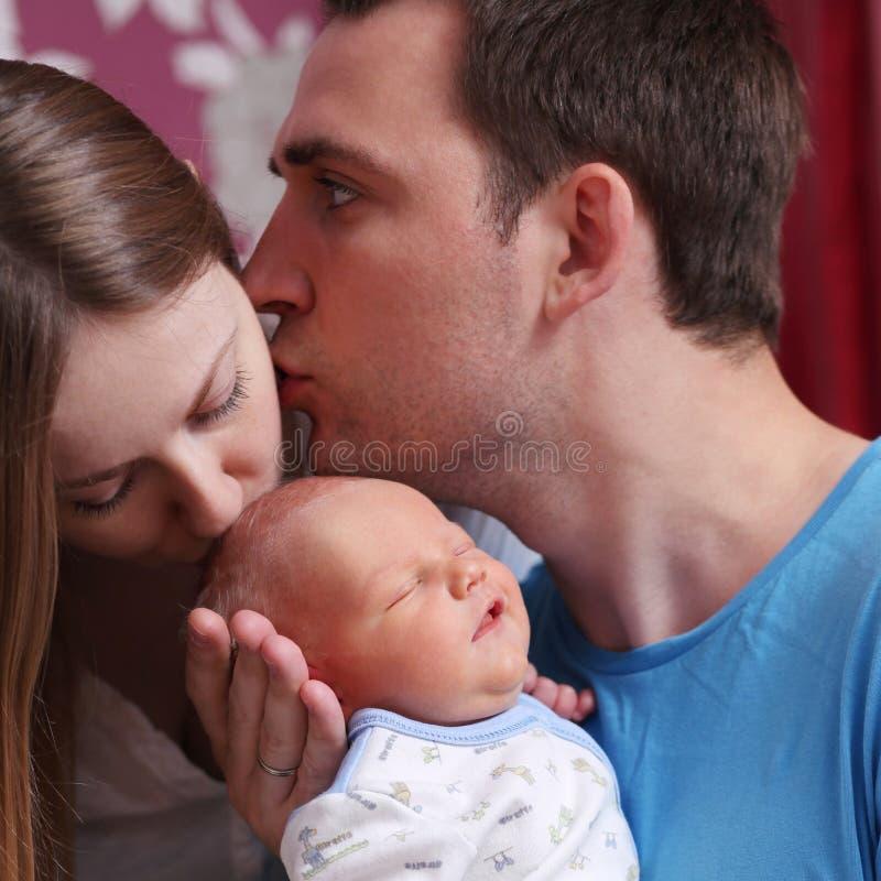 Молодой родитель пар с ребёнком стоковое фото
