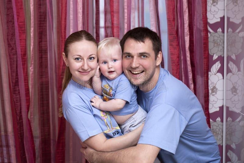 Молодой родитель пар с ребёнком стоковое изображение rf