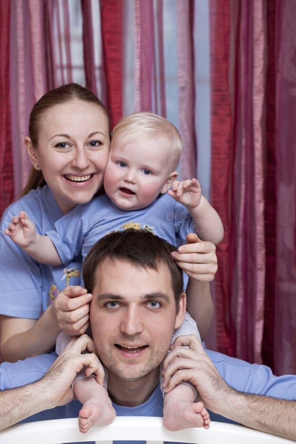 Молодой родитель пар с ребёнком стоковые фото