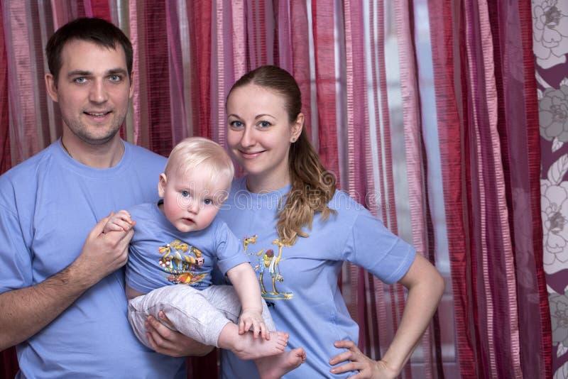 Молодой родитель пар с ребёнком стоковая фотография rf