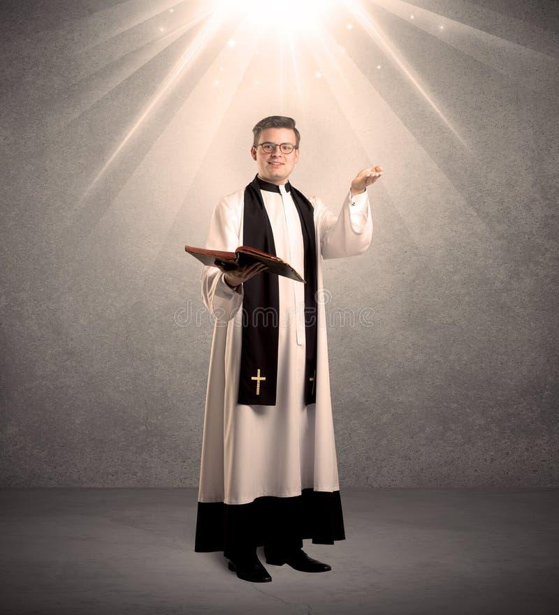 Молодой священник в давать его благословение стоковые изображения rf