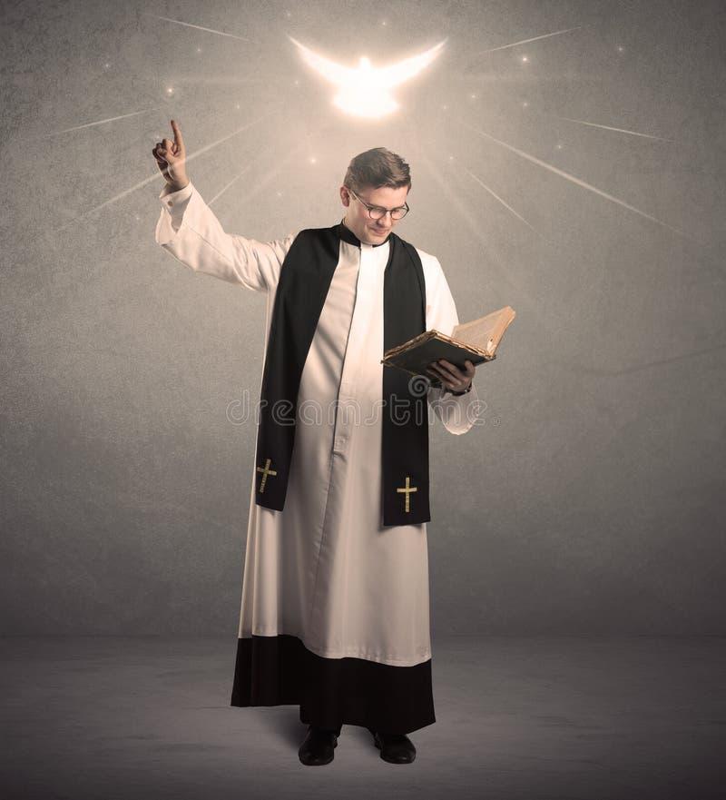 Молодой священник в давать его благословение стоковое фото rf