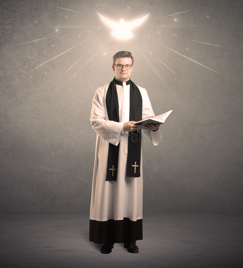 Молодой священник в давать его благословение стоковая фотография rf
