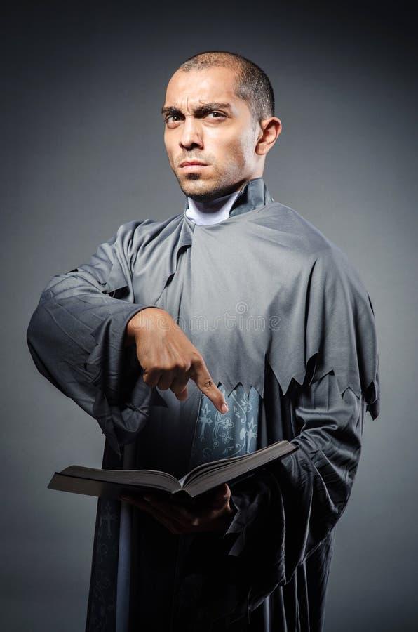 Молодой священник стоковые изображения rf
