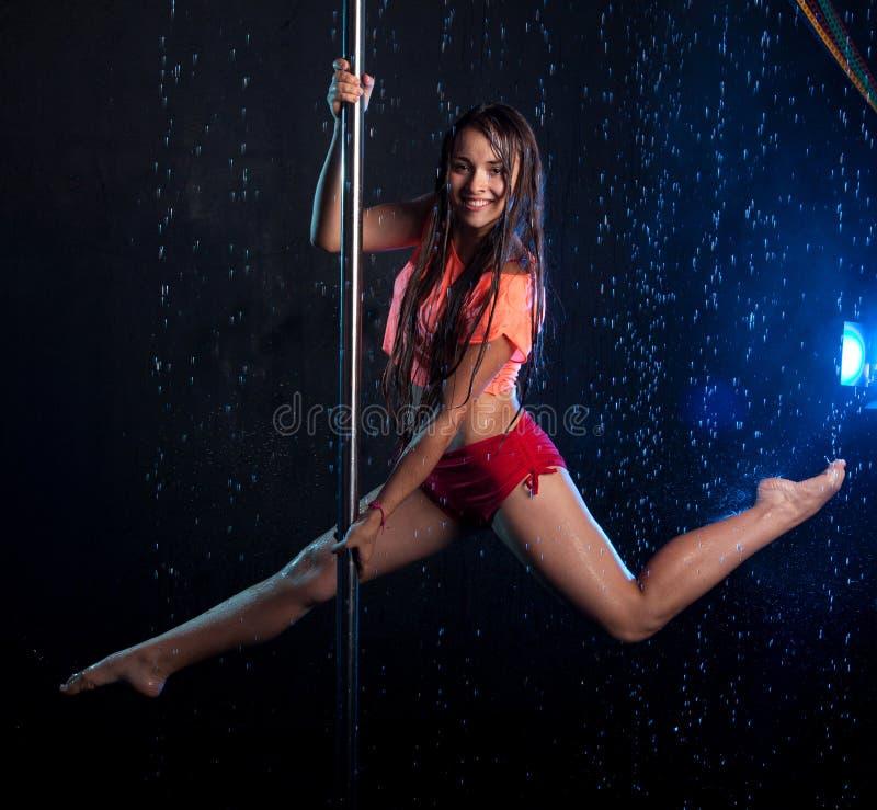 Молодой сексуальный танцор поляка женщины Студия воды стоковое изображение rf