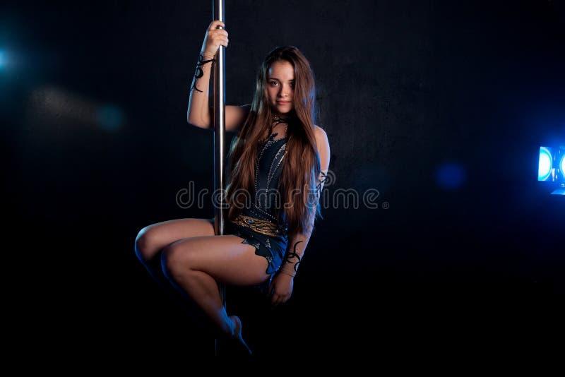 Молодой сексуальный танцор поляка женщины Студия воды стоковые фото