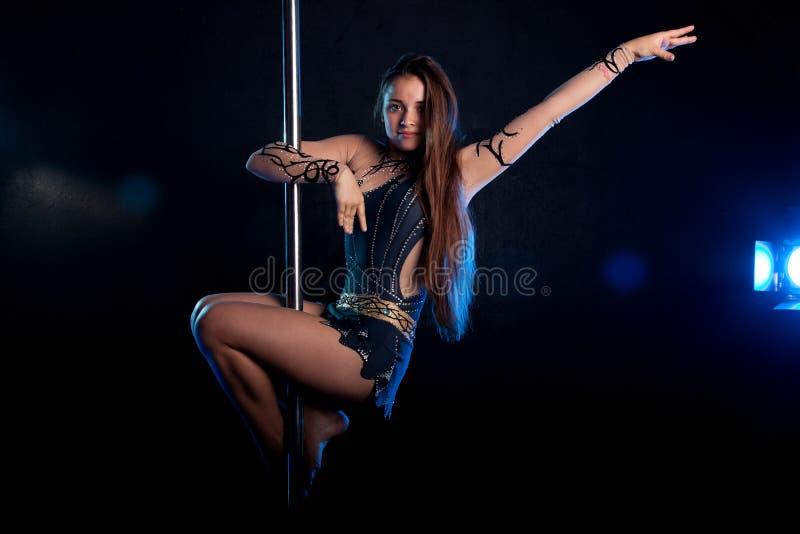 Молодой сексуальный танцор поляка женщины Студия воды стоковое фото