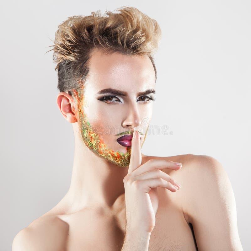 Молодой сексуальный человек при multicolor борода смотря камеру стоковые фото